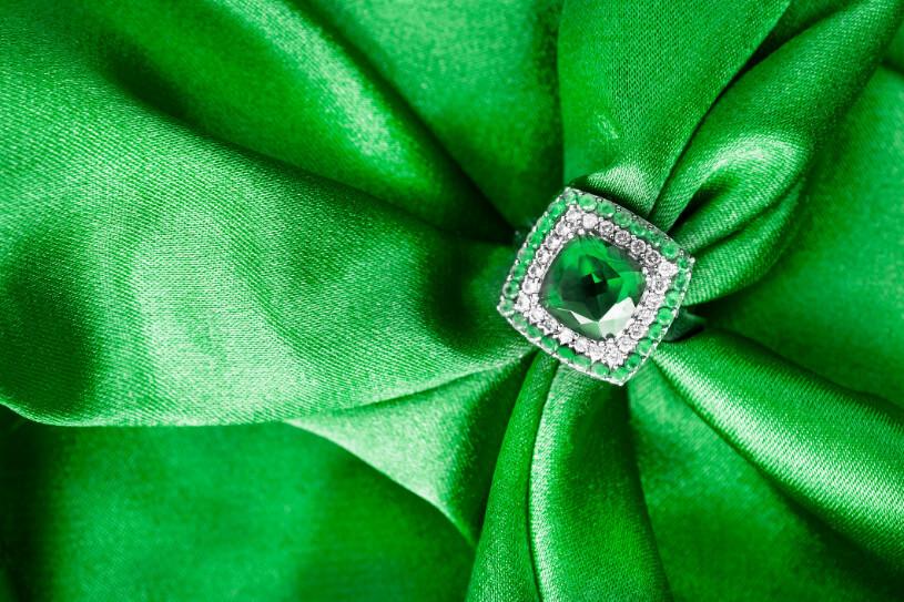 エメラルドとダイヤモンドの特徴&買取評価比較